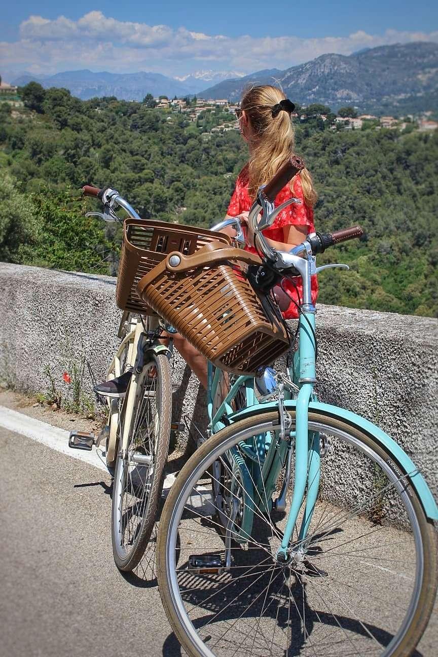 Fietstocht richting de wijngaarden, met de Alpen in de verte