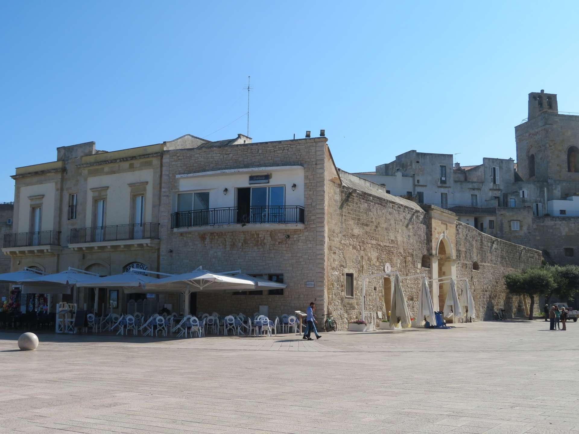 terras op plein in Otranto Italië