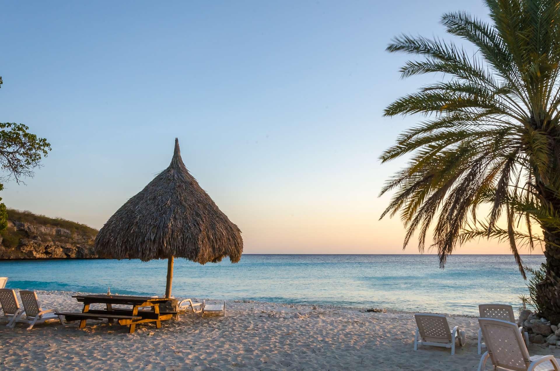 Curaçao strand met zonsondergang