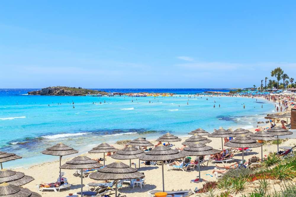 Cyprus Aiya Napa strand met parasols