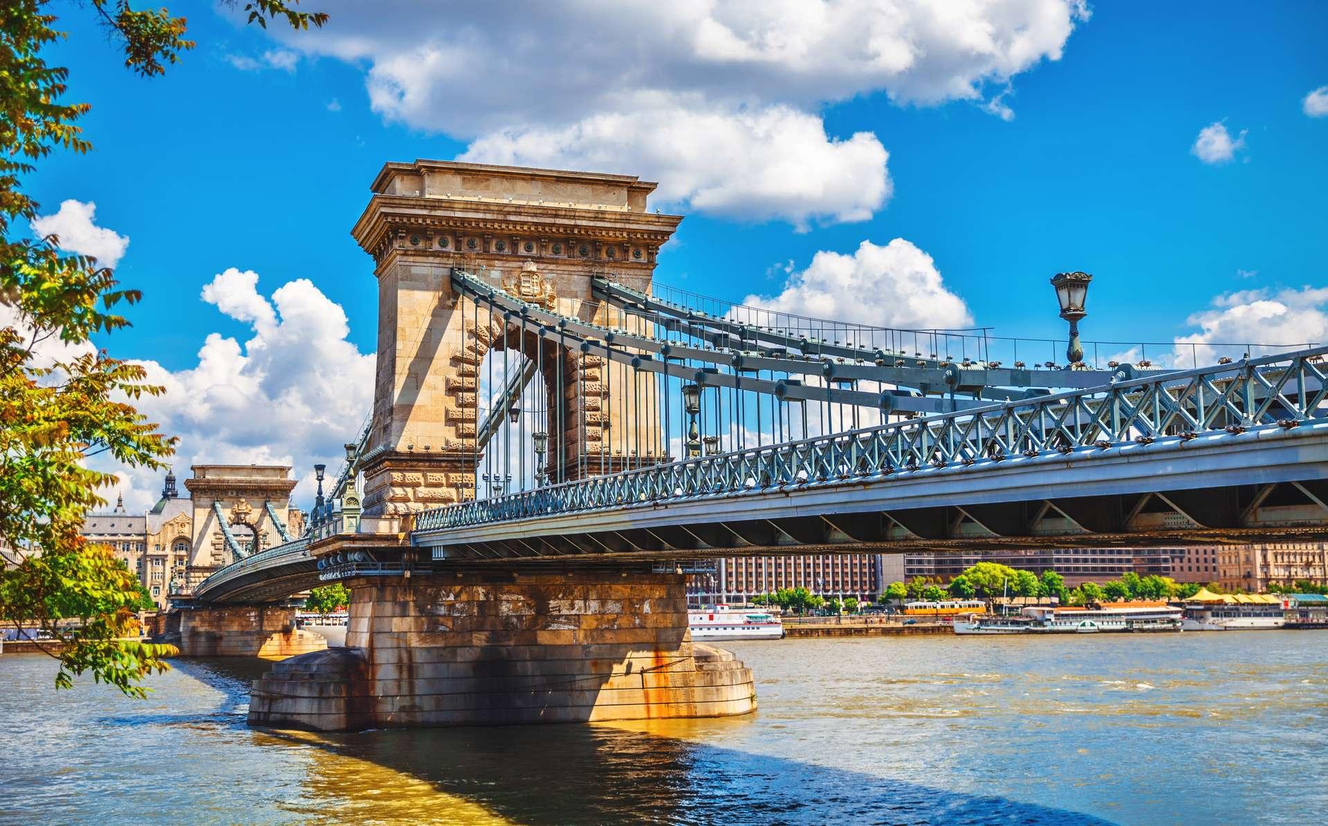 Hongarije Boedepast Danube river Chain bridge