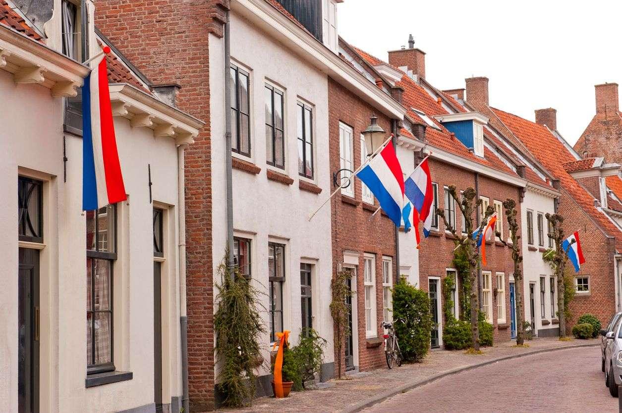 Nederlandse straat met Koningsdag