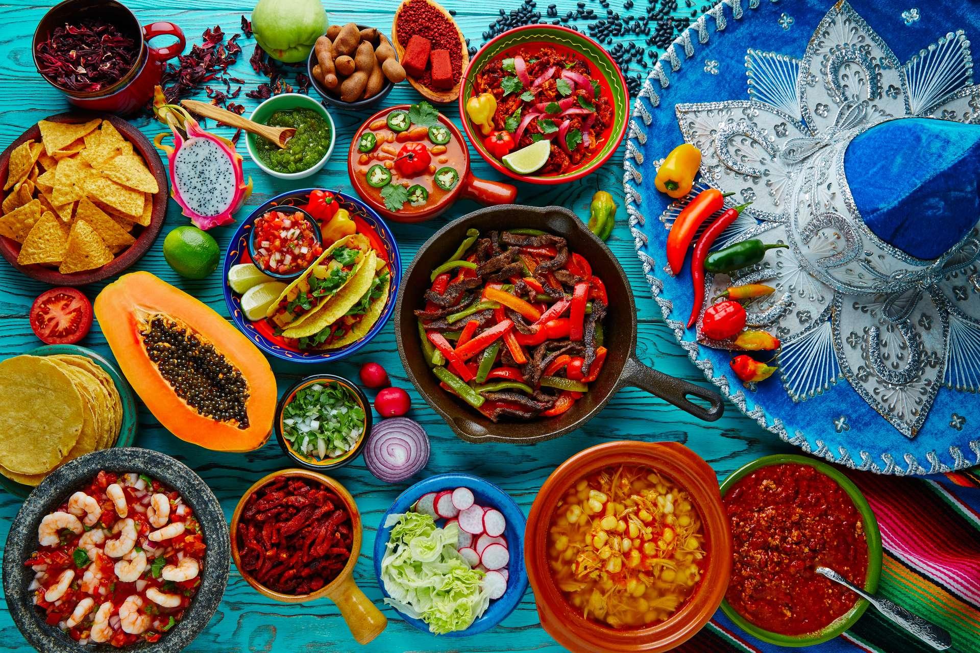 tafel vol Mexicaans eten