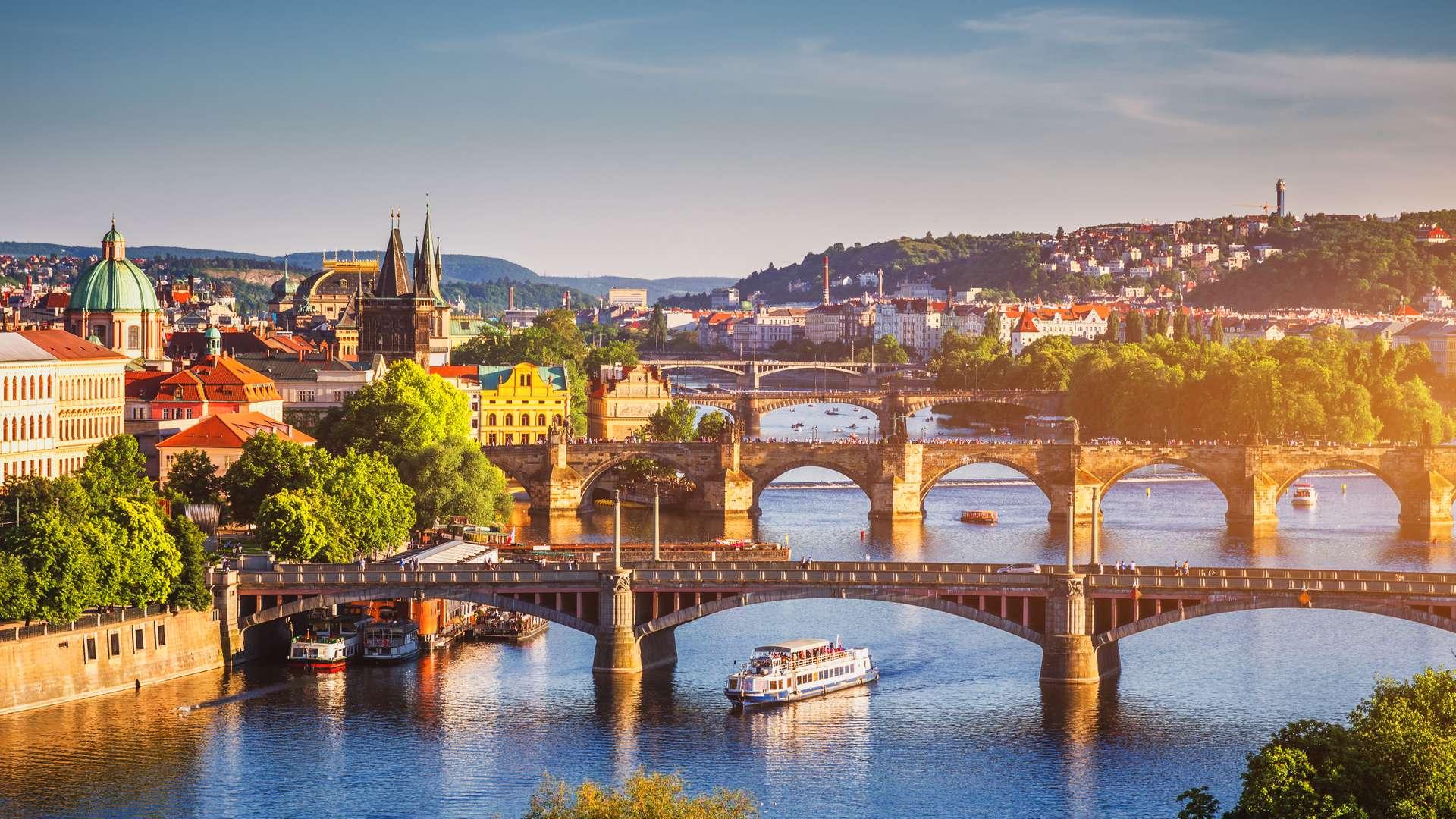 Tsjechië Praag Charles Bridge over Vltava river